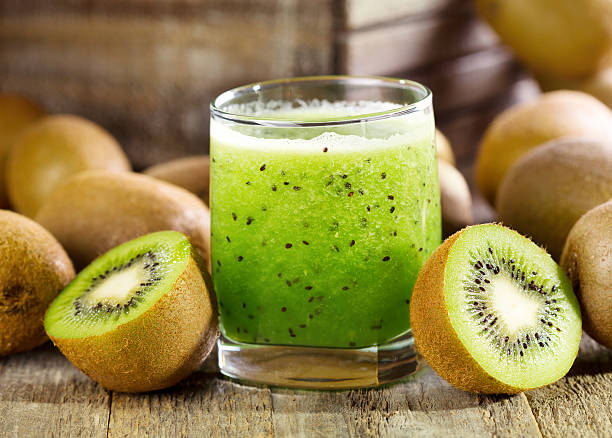 glass of kiwi juice with fresh fruits - 奇異果 個照片及圖片檔