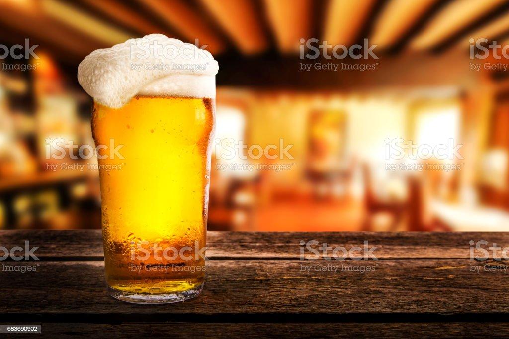 Glas helles Bier auf einem Tisch in einer Kneipe – Foto