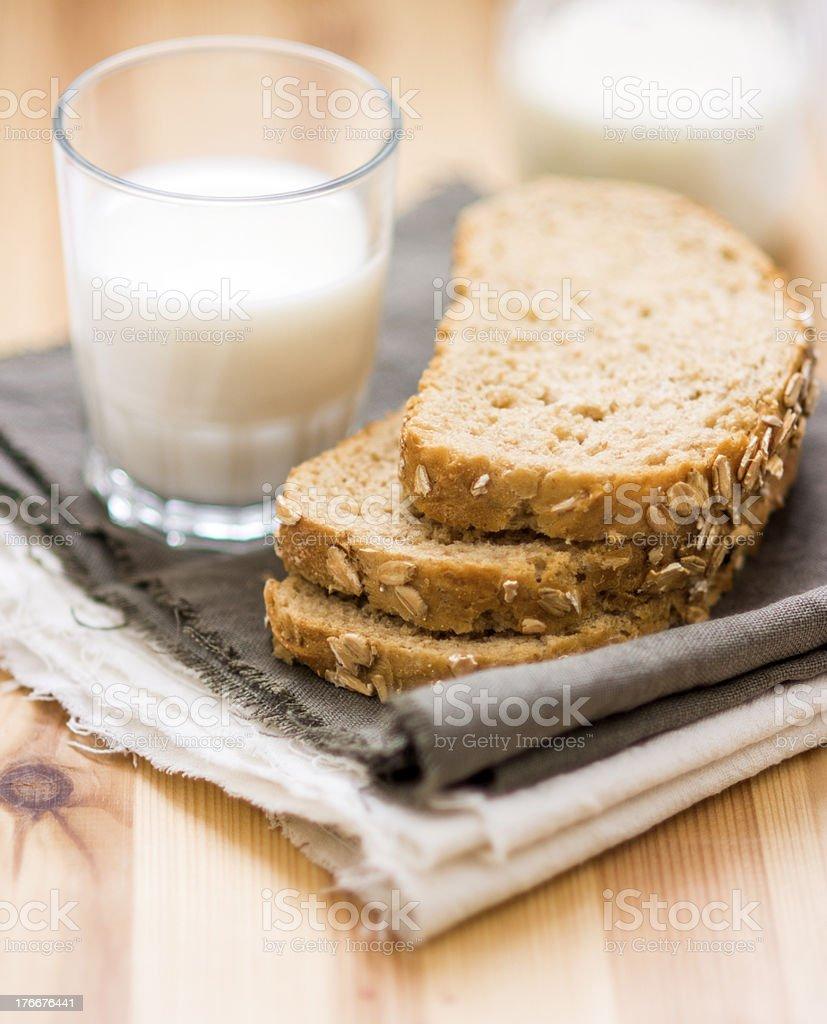 Vaso de leche y pan en rebanadas en el informal telas foto de stock libre de derechos