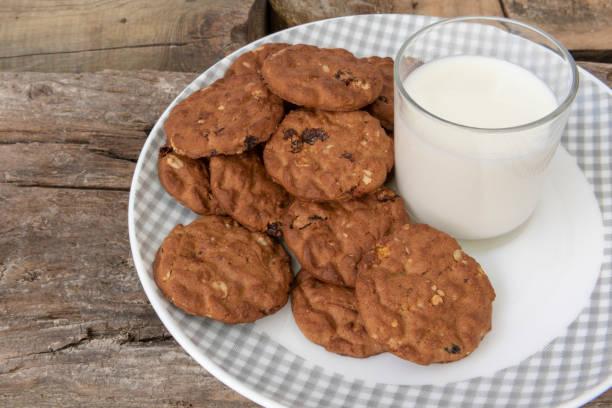 a glass of milk - fette biscottate foto e immagini stock