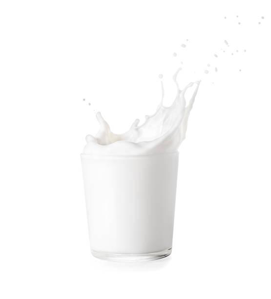 vaso de leche con splash - foto de stock