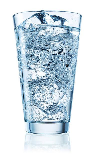 ガラスのミネラルウォーターに氷を入れます。クリッピングパス付き - 炭酸飲料 ストックフォトと画像