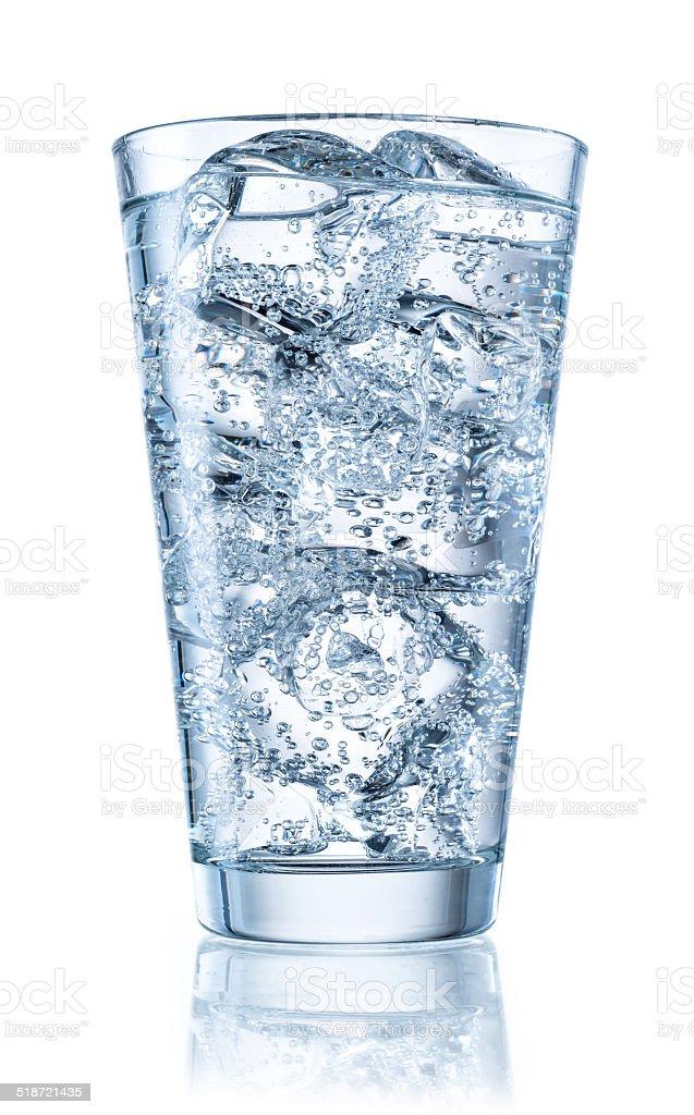 ガラスのミネラルウォーターに氷を入れます。クリッピングパス付き ストックフォト