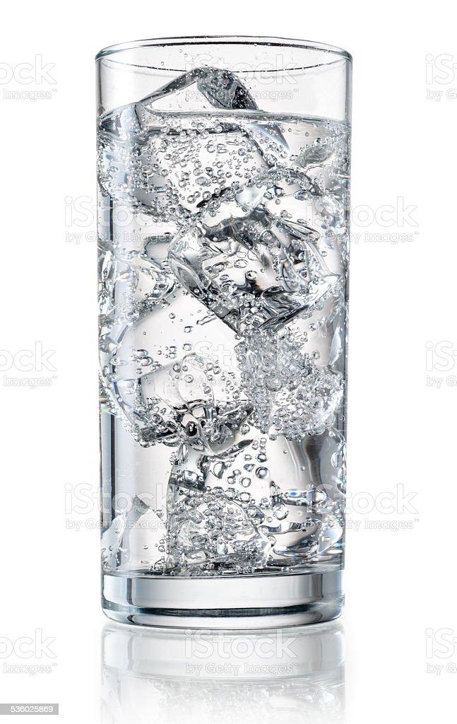 Vaso de agua mineral con hielo. Con trazado de recorte - foto de stock