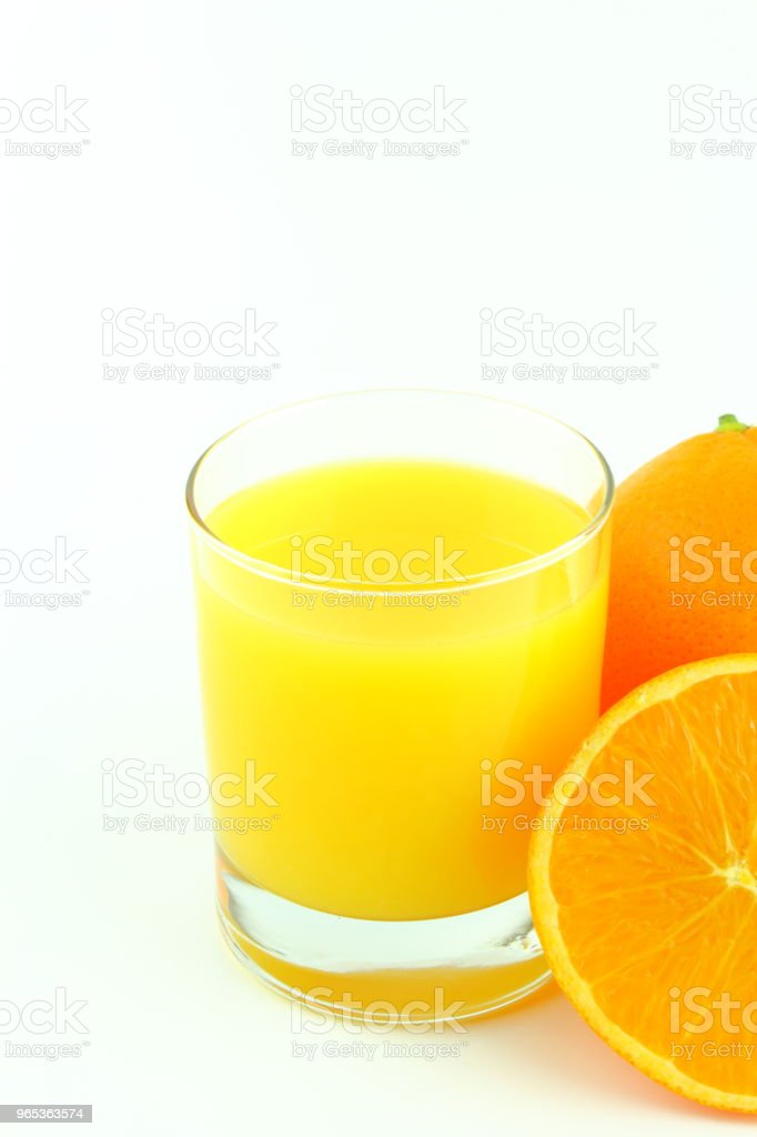 verre de jus d'orange et des fruits orange frais isolés sur fond blanc avec espace de copie - Photo de Acide ascorbique libre de droits