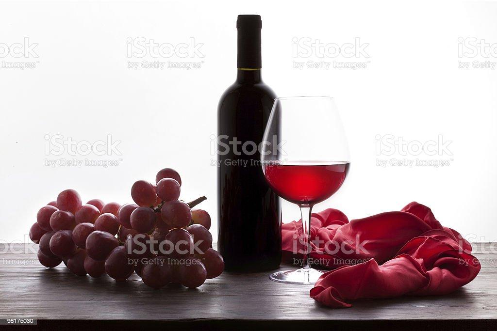 Vetro e bottiglia di vino rosso con uva foto stock royalty-free