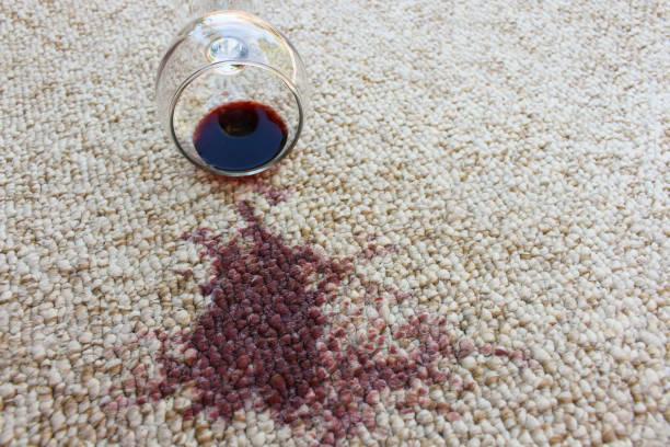 glass of red wine fell on carpet, wine spilled on carpet - weinflecken entfernen stock-fotos und bilder