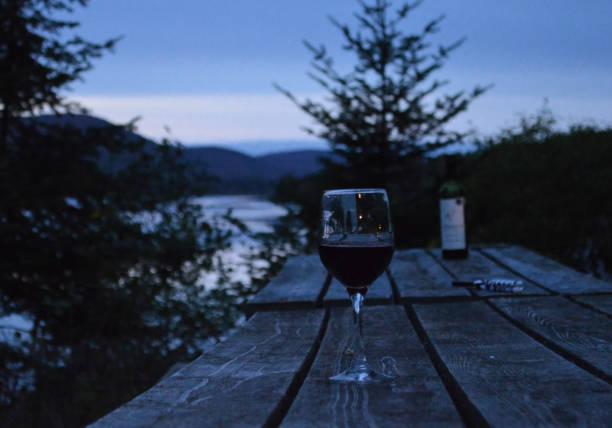 glas rotwein in der natur in den ferien mit einer wunderbaren landschaft ist beruhigend - robert weinberg stock-fotos und bilder