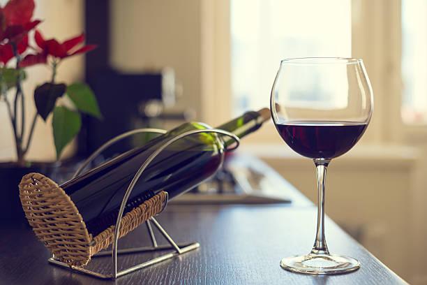 Glas von roten Wein und eine Flasche auf dem Küche Tabelle – Foto