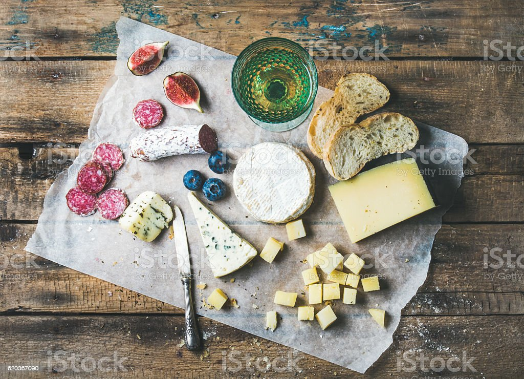 Glass of rose wine, cheese, cured sausage, fig, blueberry, bread foto de stock royalty-free
