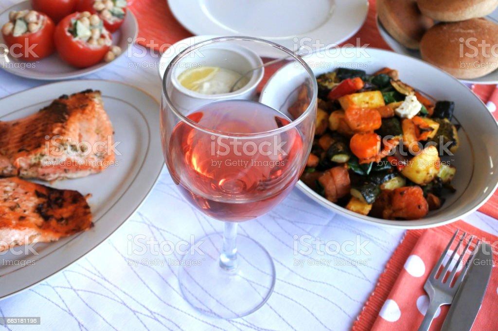 유리 장미 와인의 채식 음식 제공 royalty-free 스톡 사진