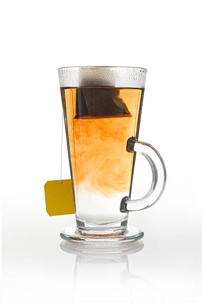 Glas Kaffee und Teebeutel. – Foto