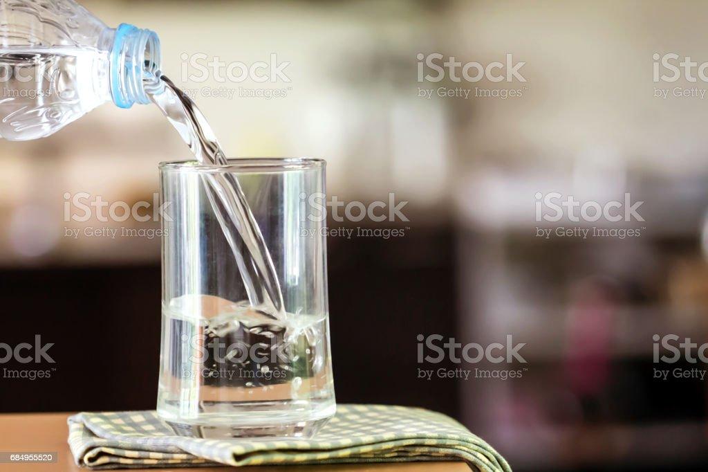 Glas des gereinigten Abwassers auf den Tisch Bar in kitchenroom Lizenzfreies stock-foto