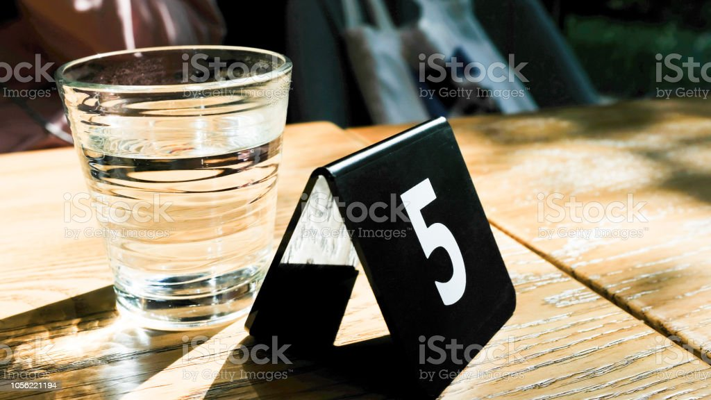 um copo de água e um - foto de acervo