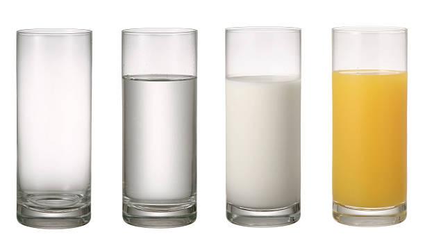 verre d'eau de lait et de jus d'orange. - jus de fruit photos et images de collection