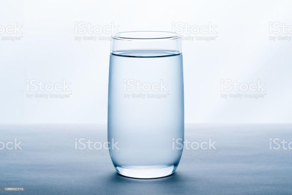 copo de água no fundo branco. foto de stock royalty-free