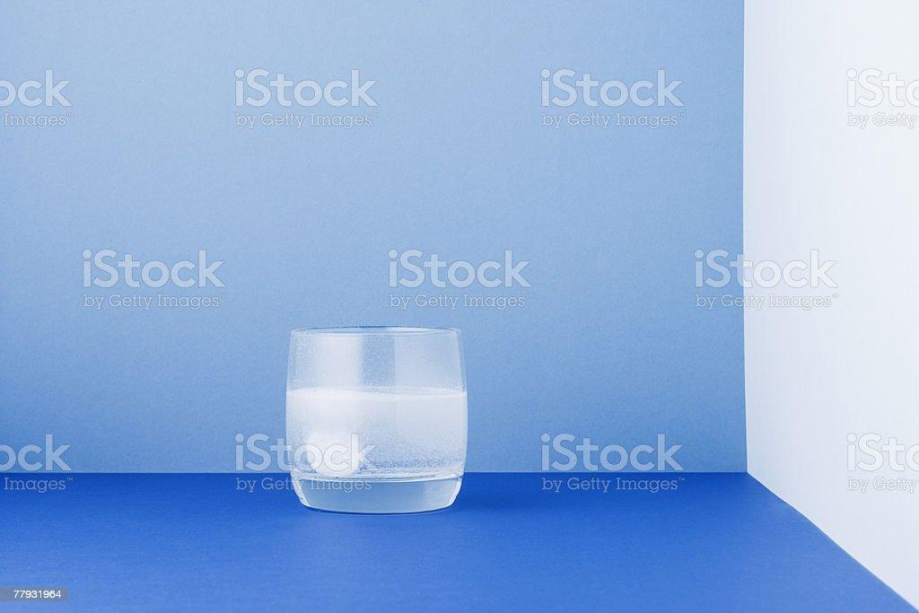 Glas Wasser mit einem tablet auflösen in der – Foto