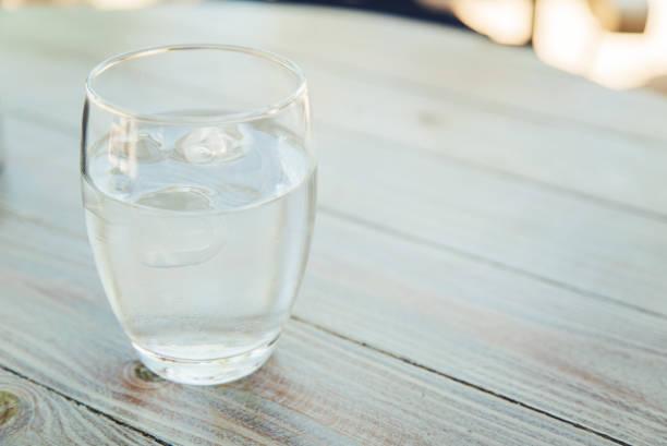 氷と水のガラス - グラス ストックフォトと画像
