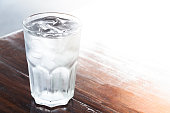 水の木製テーブルには、アイス