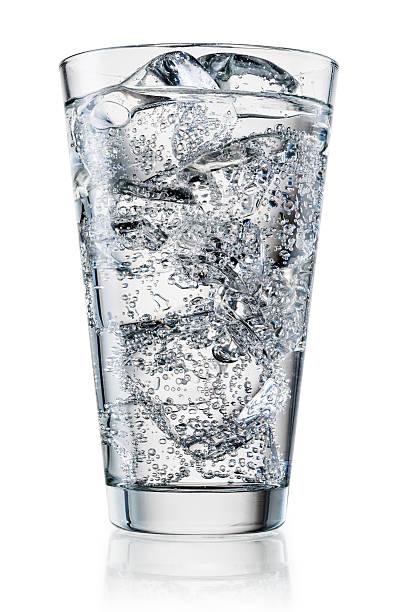 ガラスの水氷を混ぜ合わせます。クリッピングパス付き ストックフォト