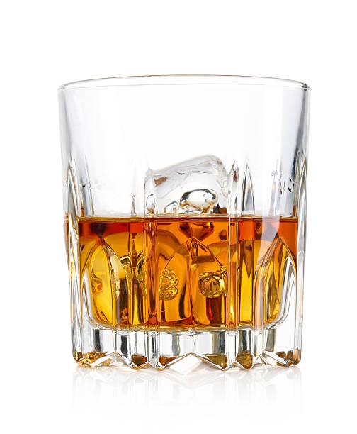 Vaso de whisky y hielo aislado sobre fondo blanco - foto de stock