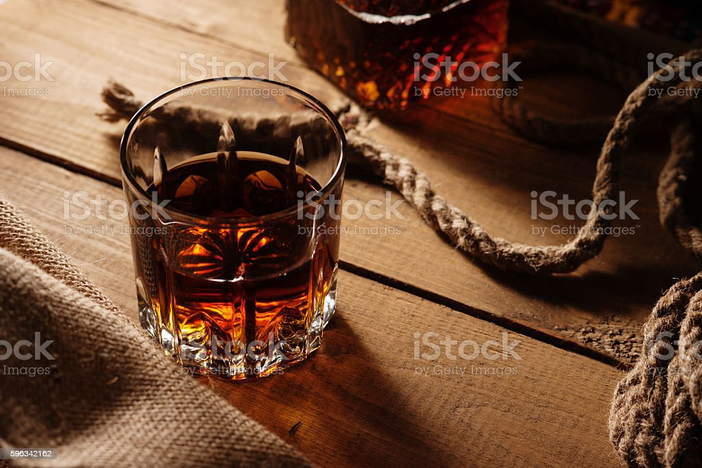 Glass of whiskey and rope Lizenzfreies stock-foto