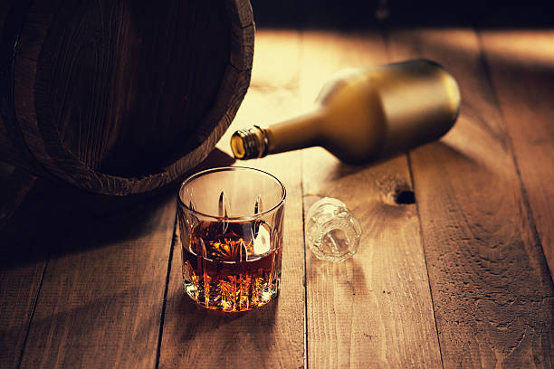 Glass of whiskey, bottle and wooden barrel – Foto