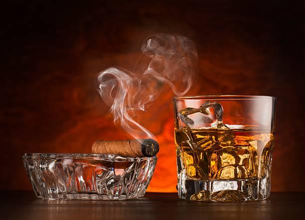Glas whiskey Eiswürfel und Zigarre auf Holz Oberfläche – Foto