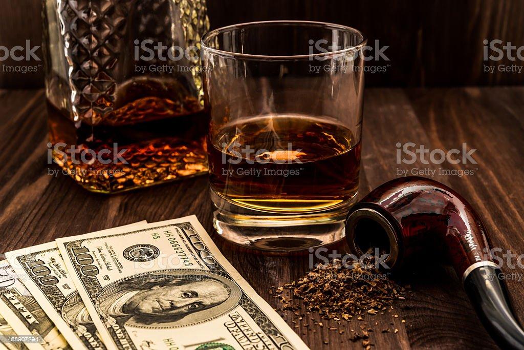 Fotografía de Vaso De Whisky Con Dinero Y El Tabaco De Tubo y más ...