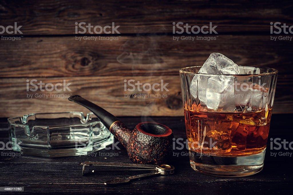 Стакан виски и льда и трубопроводов стоковое фото