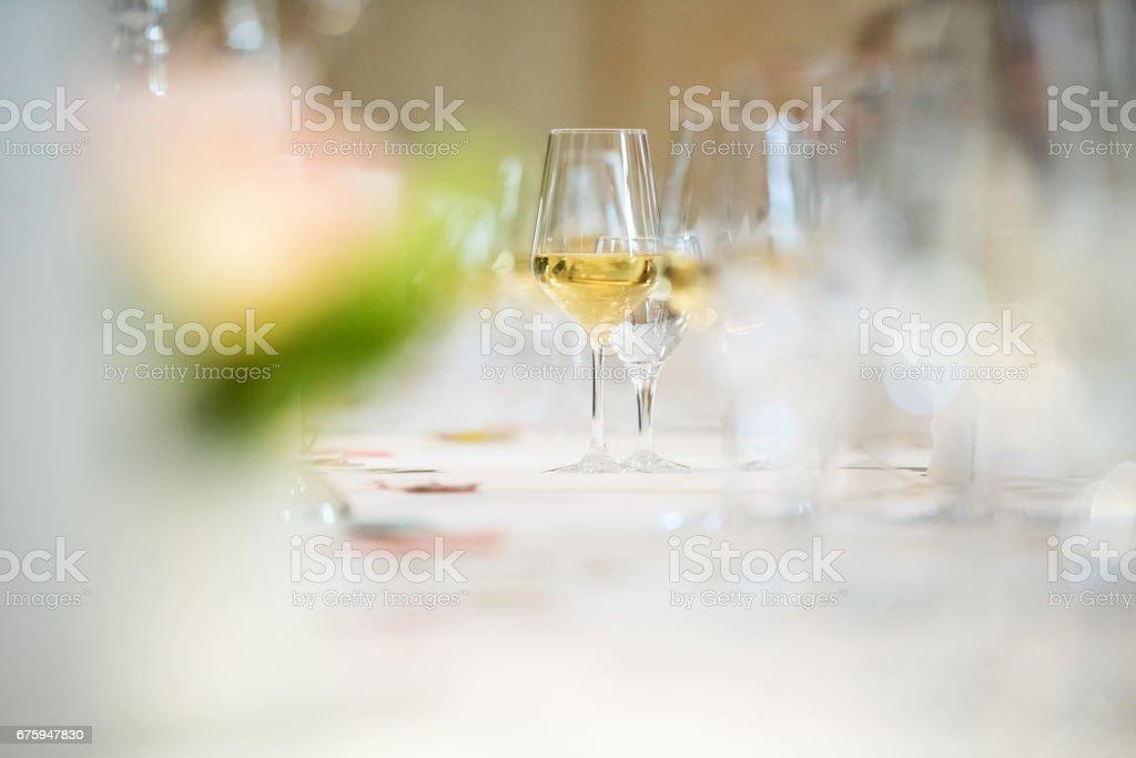 Glas Weißwein am Tisch Lizenzfreies stock-foto