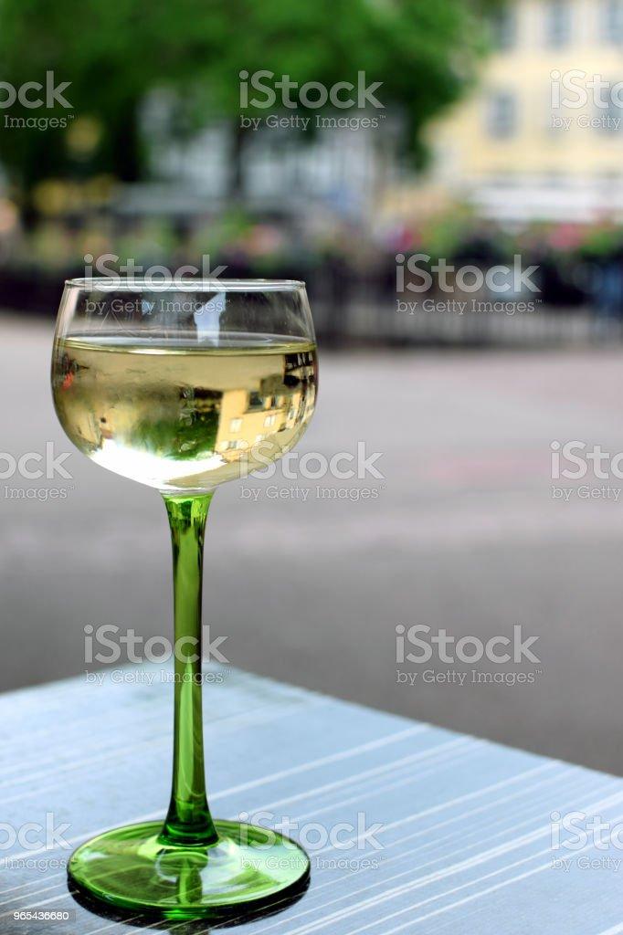 Glas Weißwein auf dem Tisch - Lizenzfrei Alkoholisches Getränk Stock-Foto