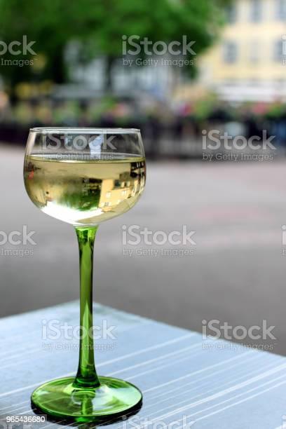 Glas Weißwein Auf Dem Tisch Stockfoto und mehr Bilder von Alkoholisches Getränk