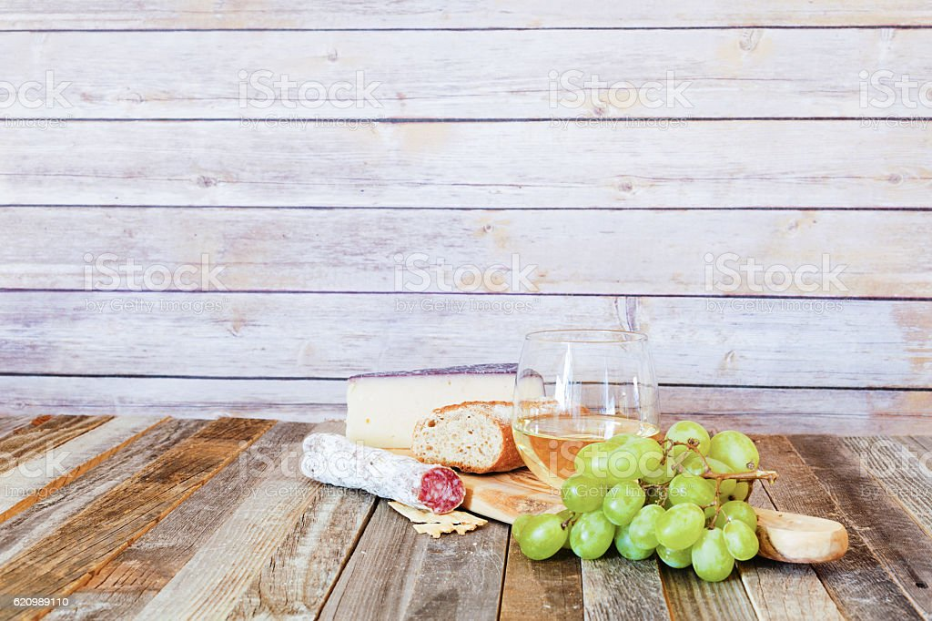 Glass of white wine with appetizers foto royalty-free