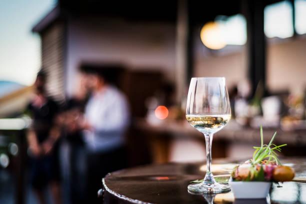 verre de vin blanc avec gourmet nourriture tapa des collations au bar extérieur au coucher du soleil - Photo