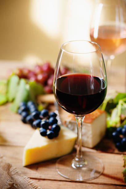 Glass of wine, grape and chesse – Foto