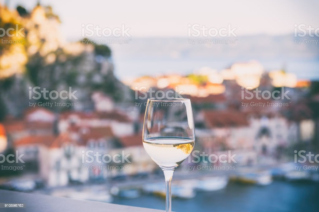 Glas Wein mit Blick auf Omis Riviera entspannen Seelandschaft Hintergrund, Kroatien – Foto