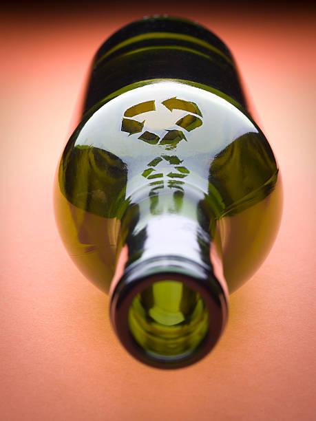 glas-recycling - recycelte weinflaschen stock-fotos und bilder