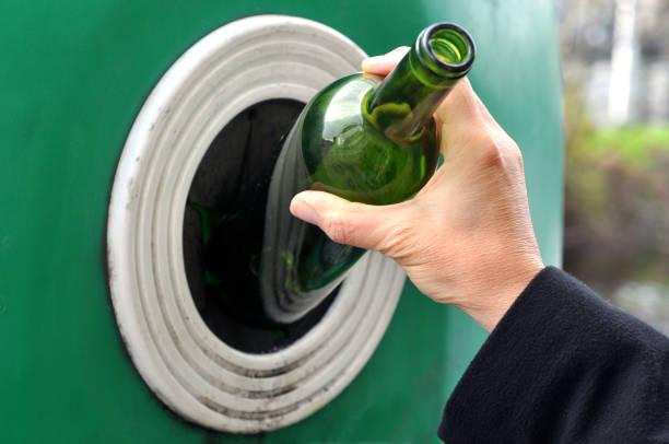 recyclage du verre - recycelte weinflaschen stock-fotos und bilder