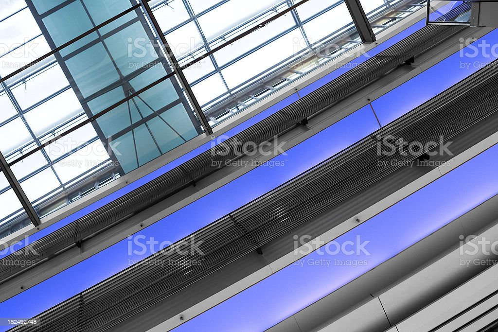 Glasdach, beleuchtete balustrade-low angle view – Foto
