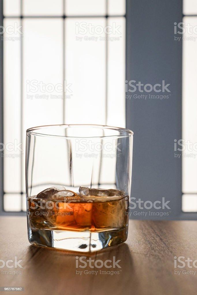 Vidro scotch whisky com gelo sobre uma mesa de madeira rústica - imagem de estoque - Foto de stock de Alcoolismo royalty-free