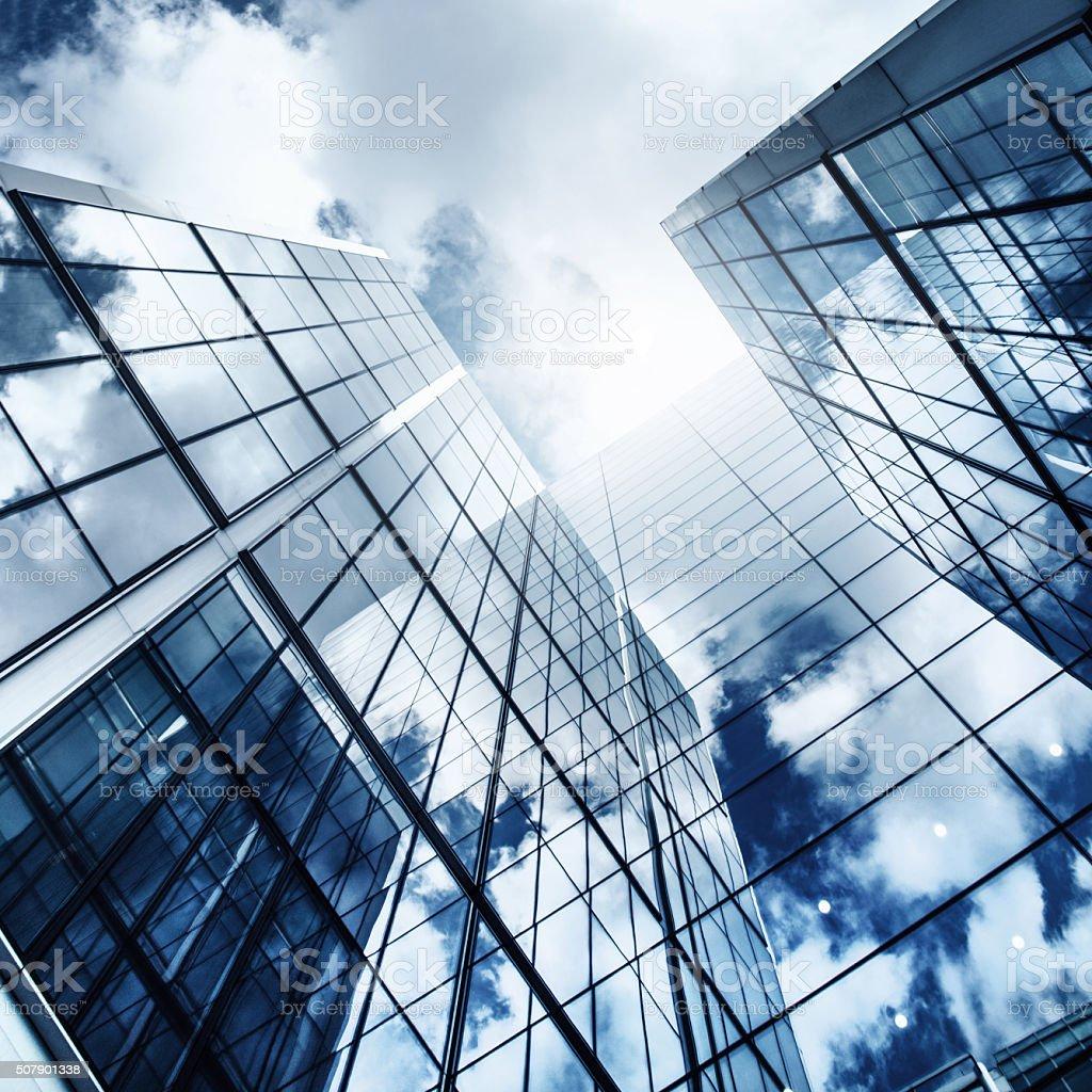 Gratte-ciel de verre reflète le ciel bleu - Photo