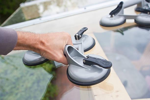 glas vorgeformte lifter - fensterbauer stock-fotos und bilder
