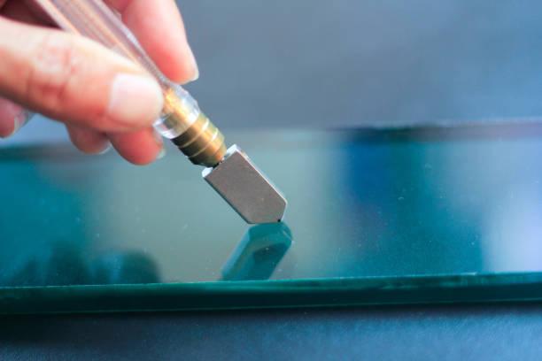 glastechniker schneiden dickes glas aus der fabrik. - fensterbauer stock-fotos und bilder
