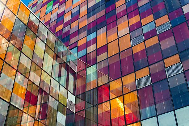 glaswand - farbiges glas stock-fotos und bilder