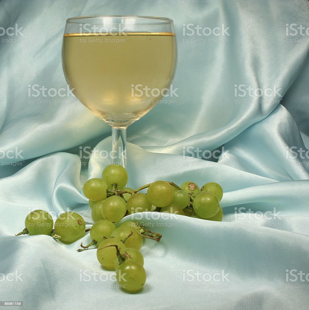 ガラスの青色の背景に白ワイン ロイヤリティフリーストックフォト