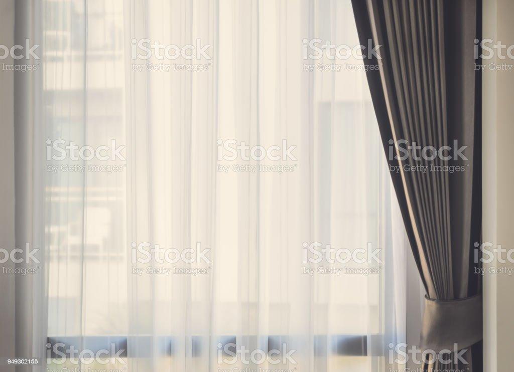 Glasscheibe mit weißen durchscheinenden Vorhang. Gefilterte Retro-Ton-Bild. – Foto