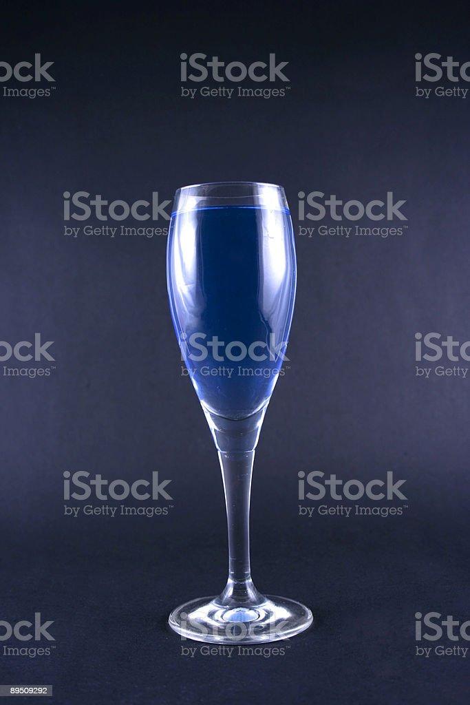 Verre avec une boisson bleu photo libre de droits