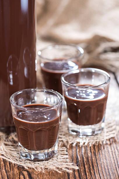 glas likör mit schokolade - schokolikör stock-fotos und bilder