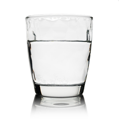 飲料水は白で隔離とガラス - いっぱいになるのストックフォトや画像を多数ご用意